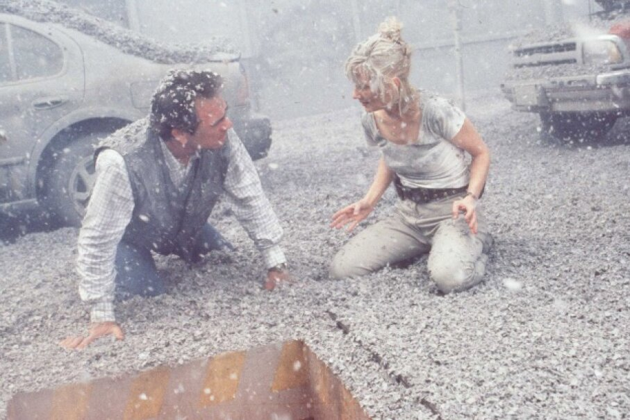 Tommy Lee Jones and Anne Heche, covered in fake volcanic ash … and faux science. ©Getty Images