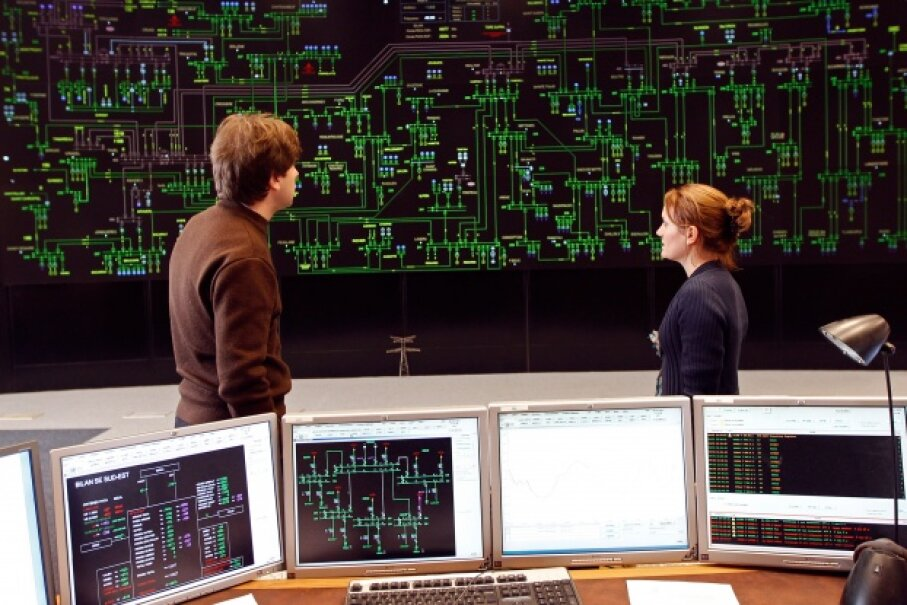 Technicians monitoring electricity consumption on a power grid in France.  © JEAN-PAUL PELISSIER/Reuters/Corbis