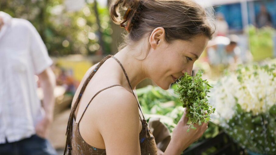 The ability of adults and adolescents to identify smells differs dramatically. Jupiterimages/BananaStock/Thinkstock