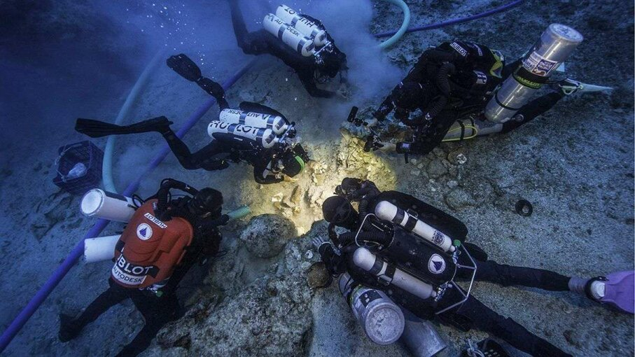 Archaeologists excavate newly discovered skeletal remains at the Antikythera shipwreck site. Brett Seymour/EUA/WHOI/ARGO