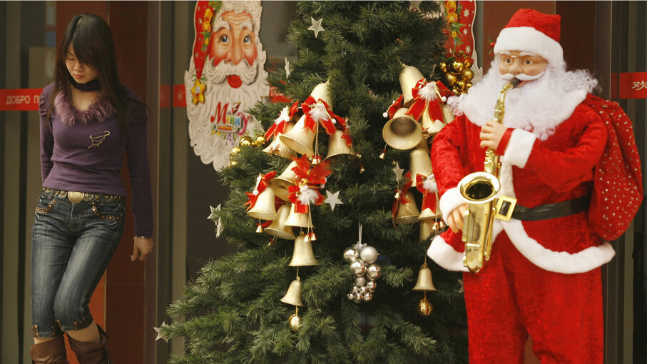 Saxophone-playing Santa in Beijing