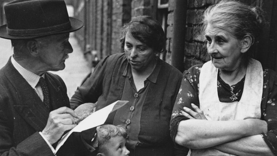 A researcher asks two women for their views concerning the creation of a state health service in England in the 1940s. The order questions are asked can influence the answers received. Hulton-Deutsch Collection/CORBIS/Corbis via Getty Images