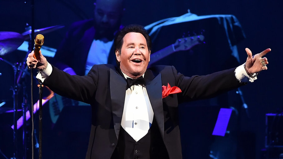 Wayne Newton performs onstage