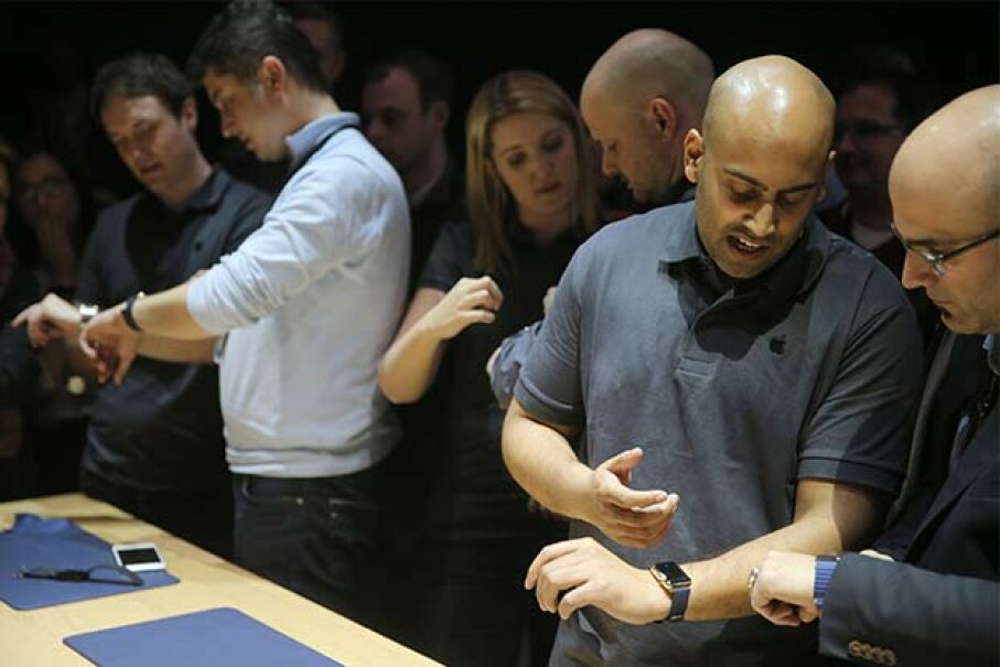 Journalists test out the Apple Watch in the Apple Store in Berlin in 2015. © Kay Nietfeld/dpa/Corbis