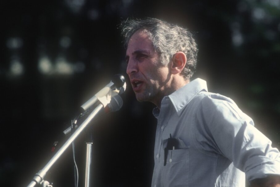 In 1977, Daniel Ellsberg gave a speech about the Pentagon Papers to students at the University of California at Santa Barbara. Ellsberg is still involved in anti-secrecy activism. © Paul Liebhardt/Corbis